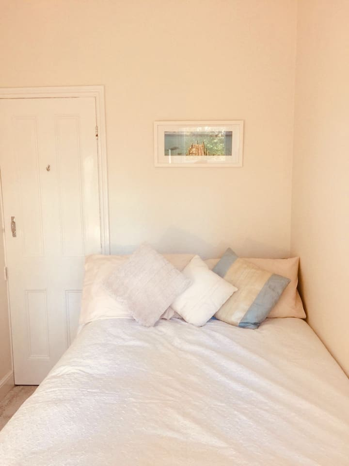 Small cosy double room with riverside view