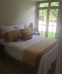 The Bon Beautiful Yellow Room - Whakapara - Bed & Breakfast