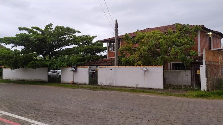 Casa espaçosa, a 100 metros da praia do Campeche