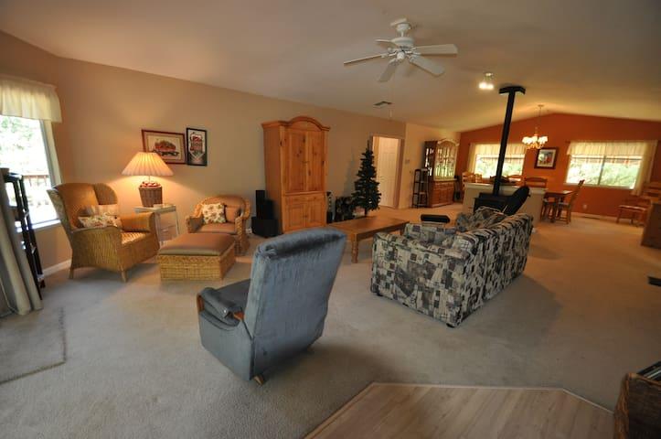 Little Bear Lodge: Slp8 PingPong 25miles >Yosemite - Groveland - Rumah