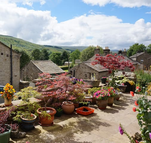 Spacious ensuite room with scenic Swaledale views - Gunnerside - Hus