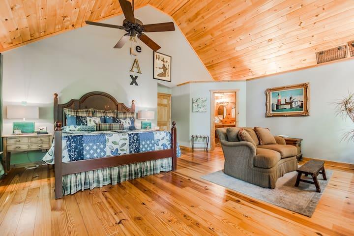 Cozy Cabin Decor- Hot Tub, Fire Pit, Kaya Vineyard