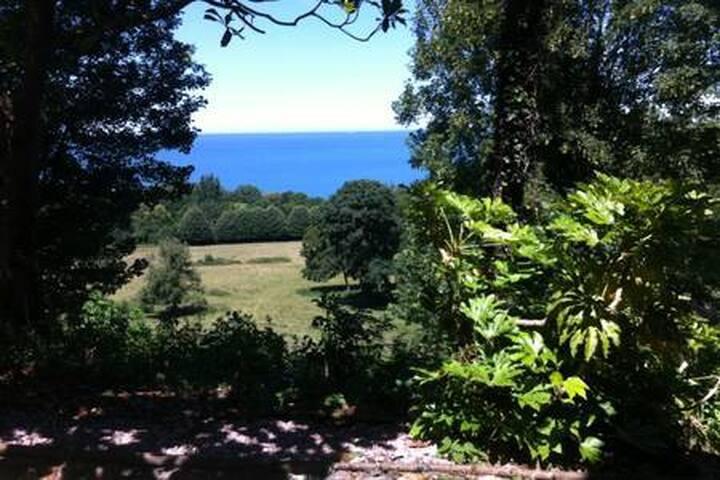 Spacieux appartement, jardin, BBQ, vu sur mer.