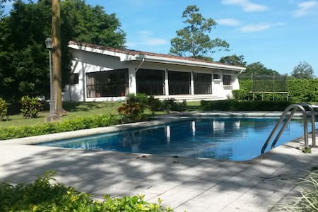 House for up to 7, area 7k sq mt (gardens + pool) - Piedades