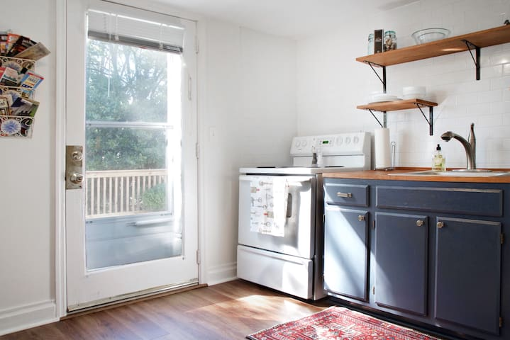 Kitchen with full size fridge and stove/oven make this a perfect place for someone staying more than a few days. Iitty