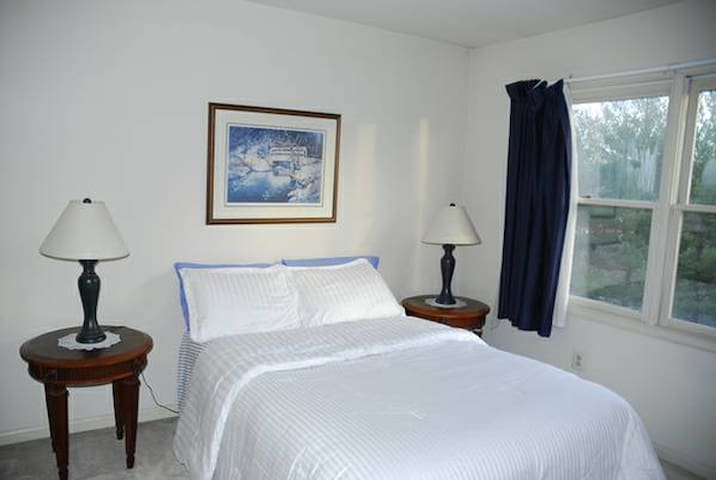 Clean , comfy room near Airport ,