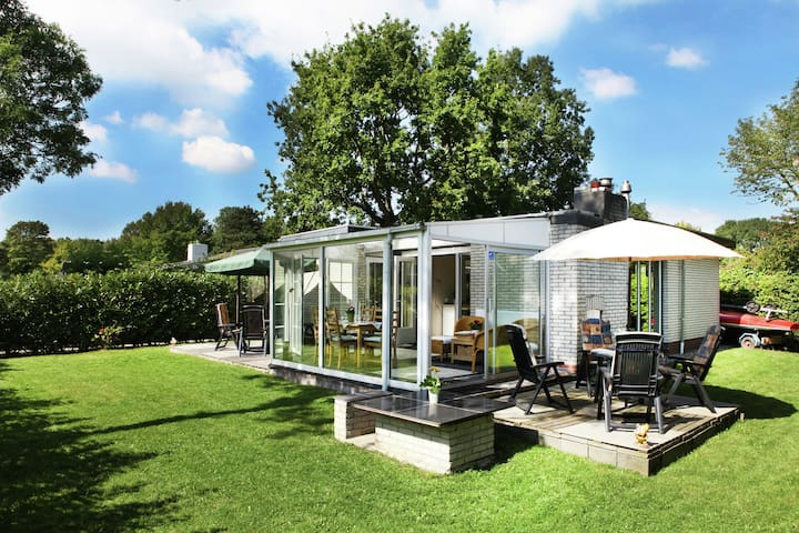 Comfortably furnished bungalow on Lake Veere.
