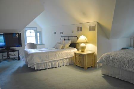 Loft Bedroom River House B&B - Ottawa - Bed & Breakfast