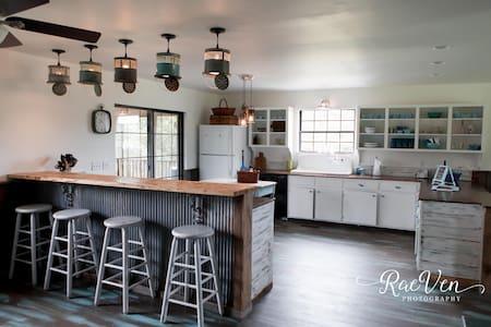 Rustic Chic 1-4 Bdrms on FamilyFarm - Flintstone-Chattanooga Valley, - Haus