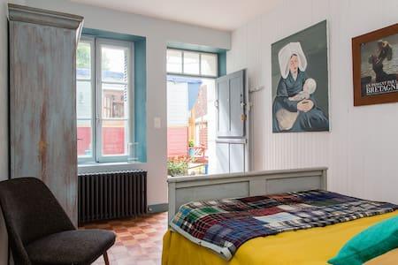 Private bedroom & caravan in add. - Villedieu-le-Château - Bed & Breakfast