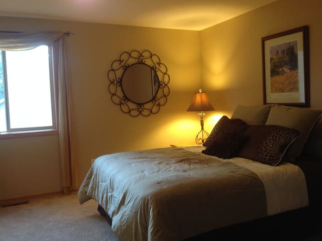Lovely Room in Friendly Tuscan Home near Old Mill - Bend - House