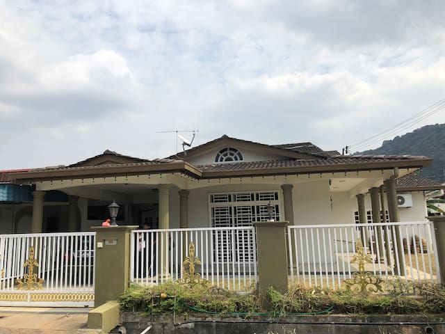 Huge 6 rooms House in Tmn Soga, Batu Pahat,16+ pax