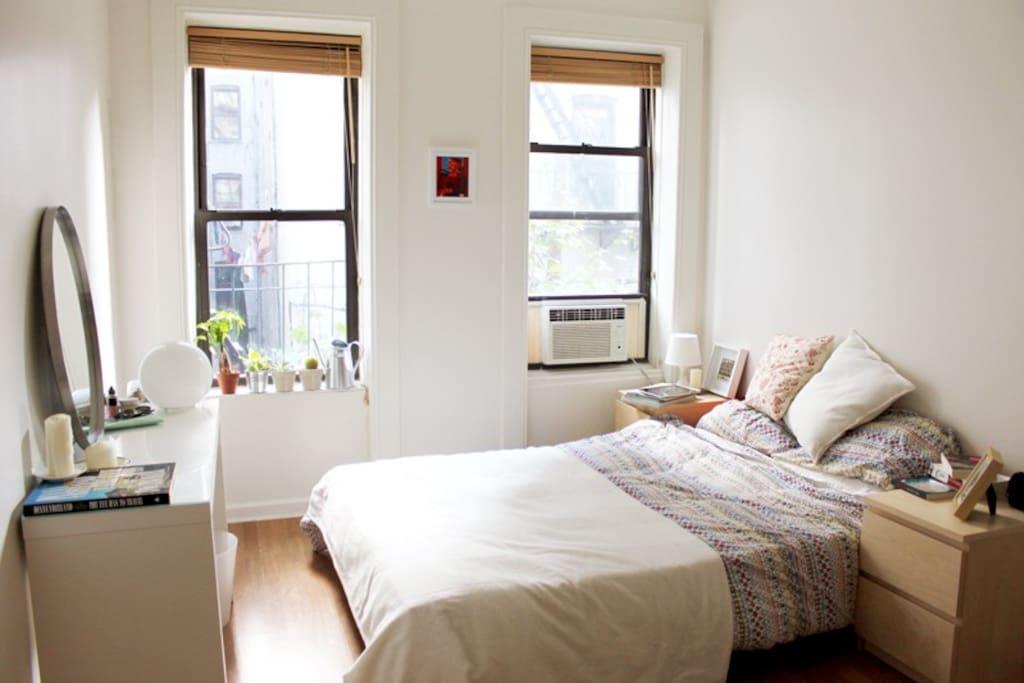 Guest bedroom, queen size bed