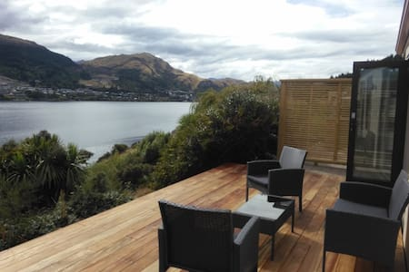 Absolute lakefront, modern and new - Queenstown
