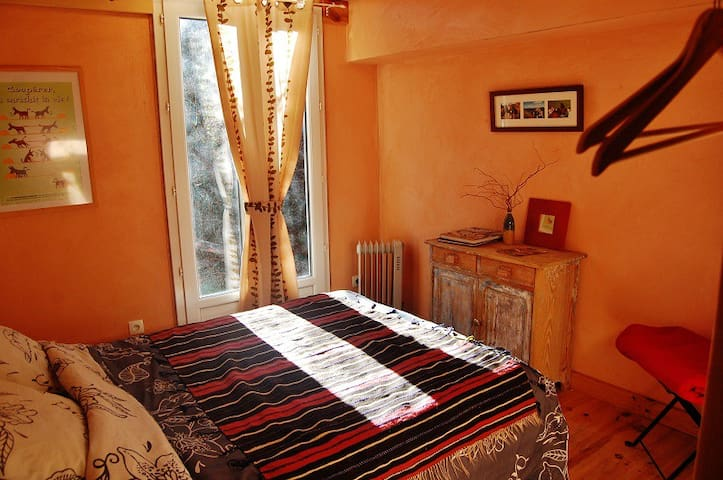 Une jolie chambre double privative - La Vacquerie-et-Saint-Martin-de-Castries - Bed & Breakfast