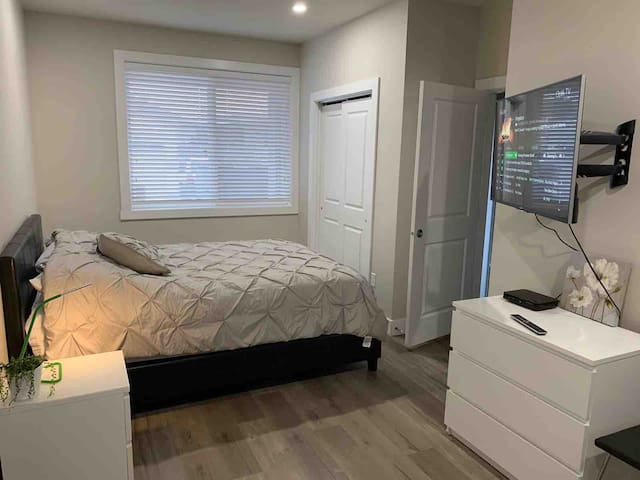 Spacious one bedroom suite with private entrance, bathroom, kitchen and parking spot. All utilities included (gas, electricity, water, wifi and Telus cable TV).