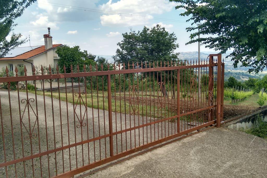Casa singola con cancello scorrevole