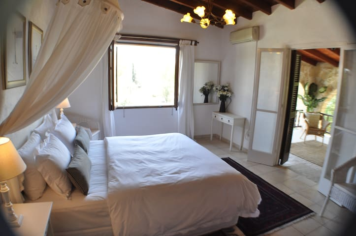 Villa Menorah B&B Larnaca gracious and spacious - Larnaca - Bed & Breakfast