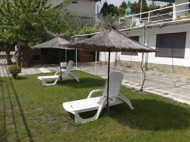 Маленькая вилла в 50 м. от пляжа - Варна - Дом