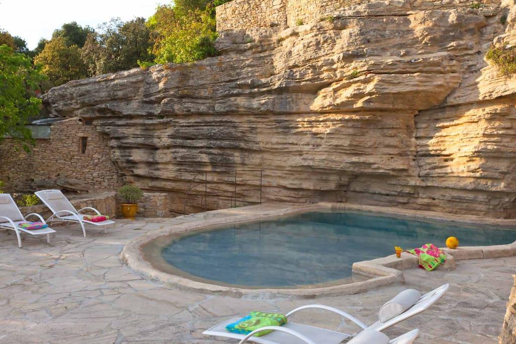 Château La Roque - piscine au pied de la falaise
