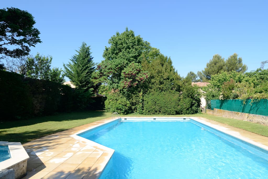 Bel appartement avec piscine aix apartments for rent for Piscine en provence
