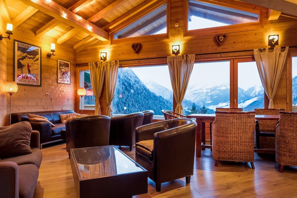 Un salon chaleureux et lumineux