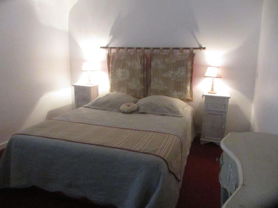 chambre lit double avec armoire penderie et coiffeuse
