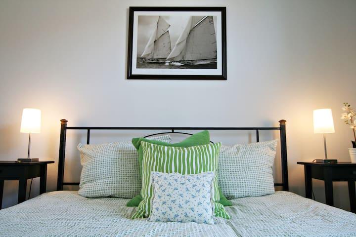 Helles und freundliches Schlafzimmer mit Kingsize-Bett