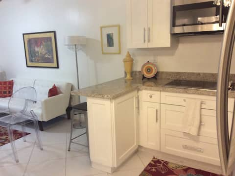 1/1 with private entrance and kitchen near airport