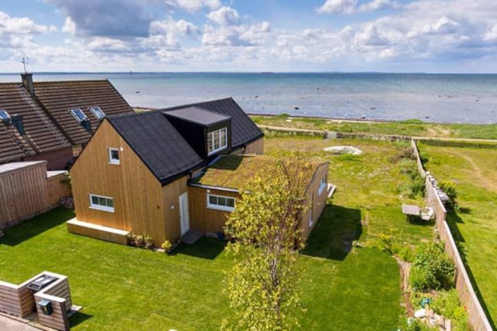 Nybyggt hus på strandtomt med full havsutsikt