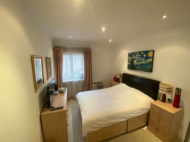 ENTIRE 2 DOUBLE-BED APARTMENT, RIVERVIEW, BALCONY