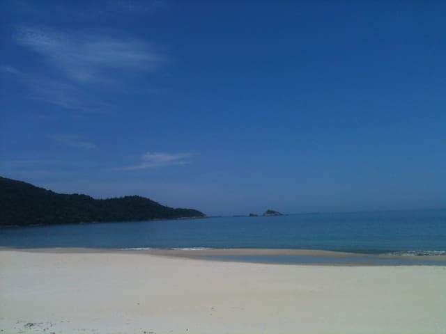 Casa pé na areia com vista deslumbrante - São Sebastião