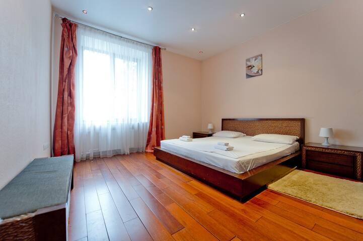 Спальная комната: большая двуспальная кровать, качественное постельные принадлежности, полотенца махровые.