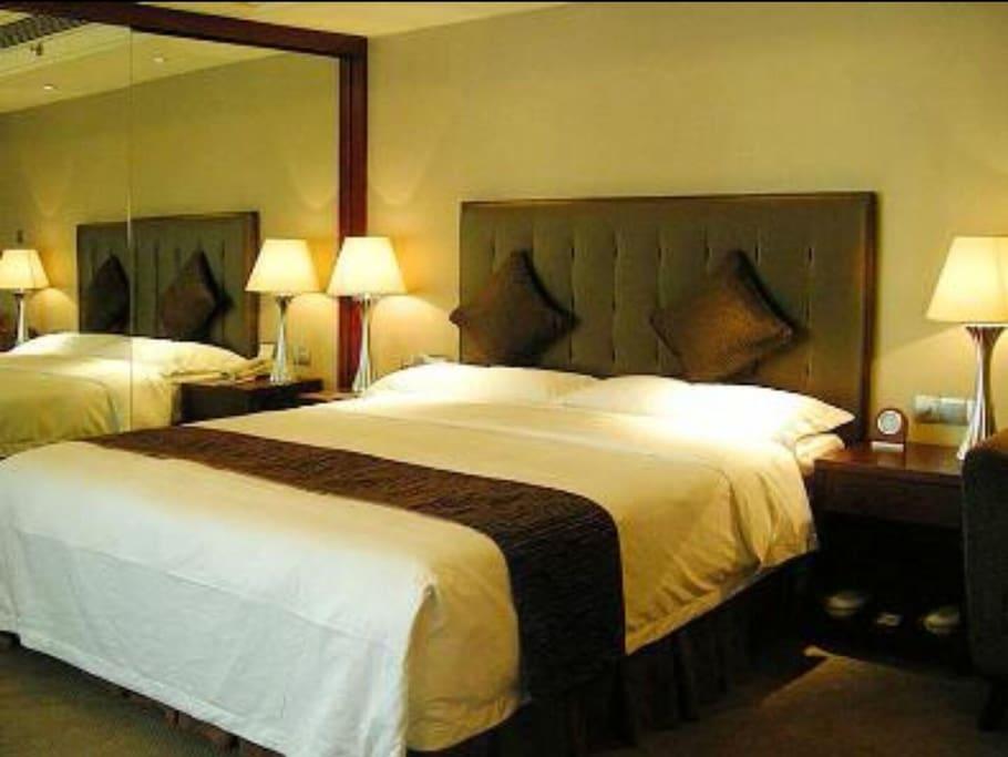 公寓内的双人床