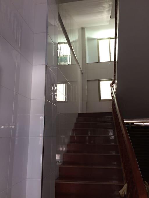 进入二层,玫瑰红大理石楼梯配红木楼梯扶手特别协调!