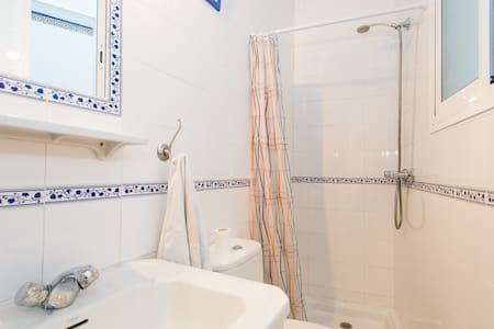 DOUBLE ROOM WITH PRIVATE BAHTROOM - Sevilla
