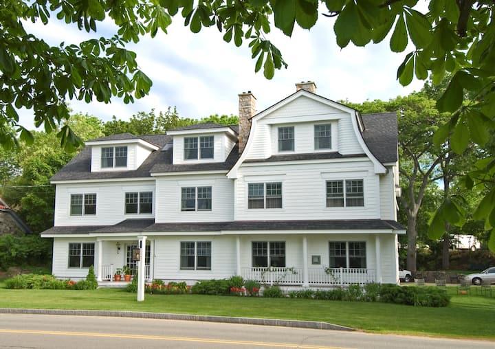 Harbor Hill - King Room with Ocean View - York Harbor Inn