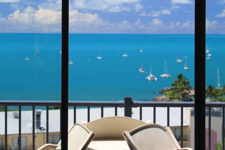 Across the road from the ocean and main street - Airlie Beach - Apartmen