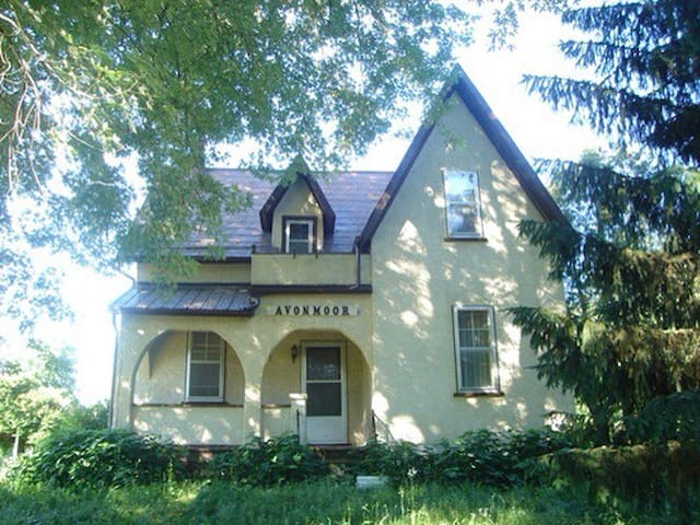 Peaceful 1860's Farmhouse 35min from downtown