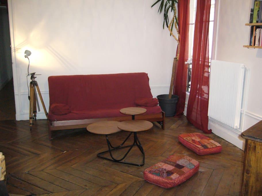 Salon côté cour et canapé-convertible