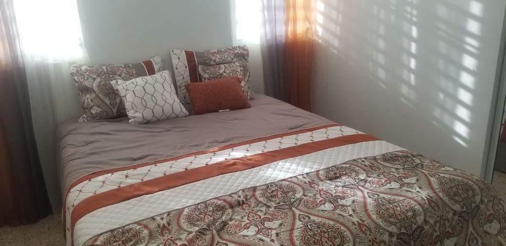 Bedroom/queen bed/dresser
