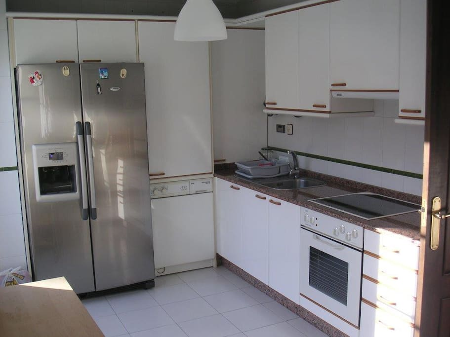 Amplia cocina, muy bien equipada y muy ventilada/ fully equipped kitchen with great ventilation