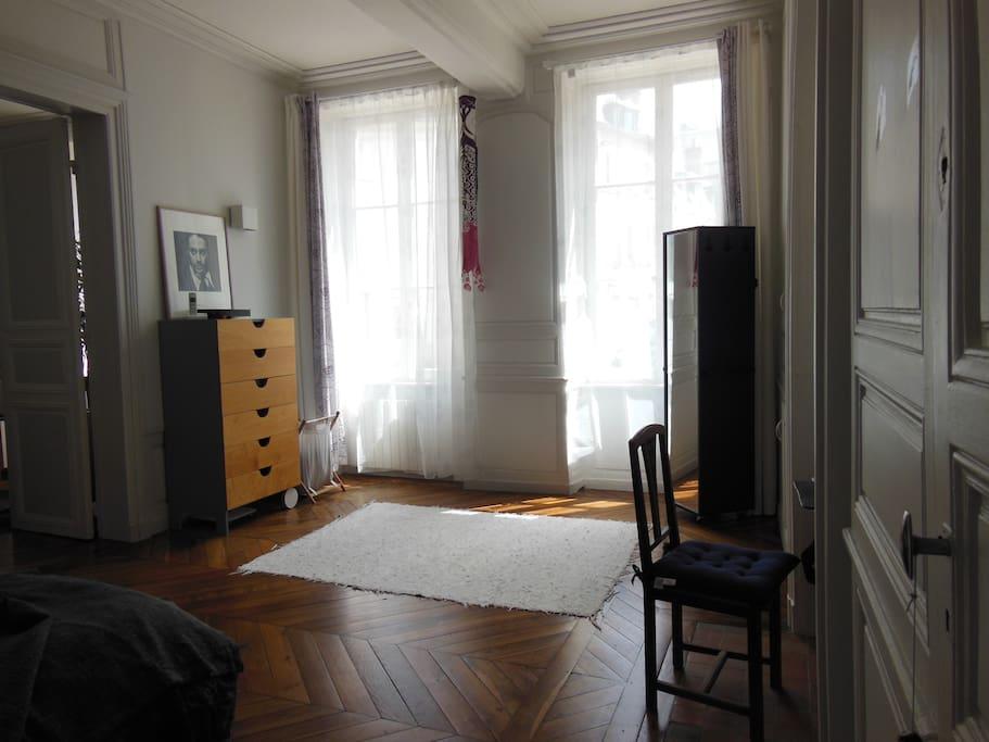 Possibilité de mettre des matelas ou un lit de bébé à cet endroit de la chambre.