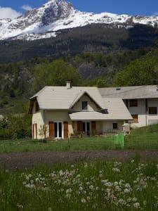 chambre en maison, entre montagne et lac !!!