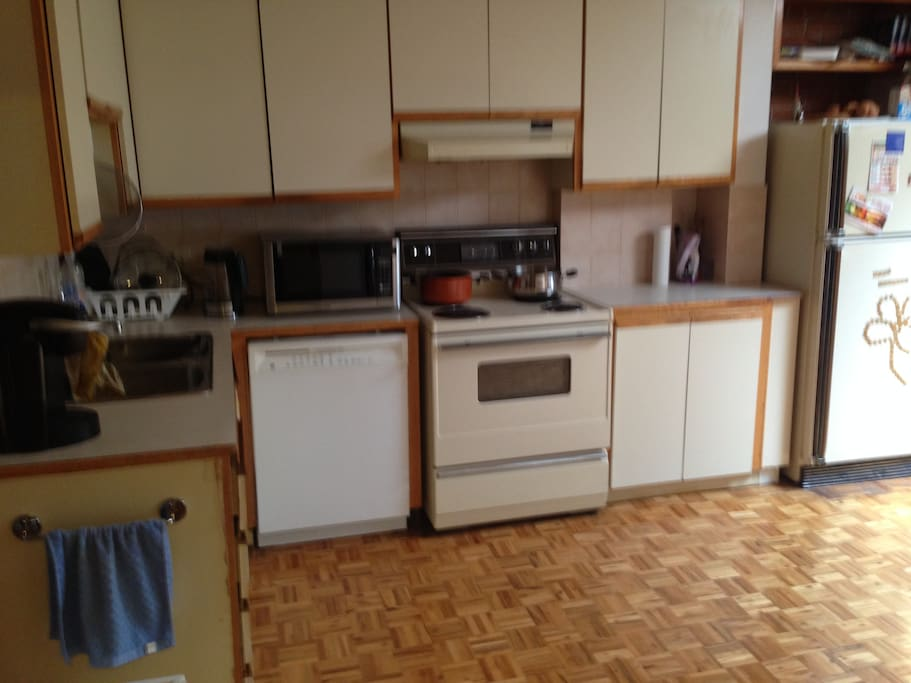 Fully equipped kitchen w/ dishwasher, microwave, kettle, stove/oven, fridge, etc.