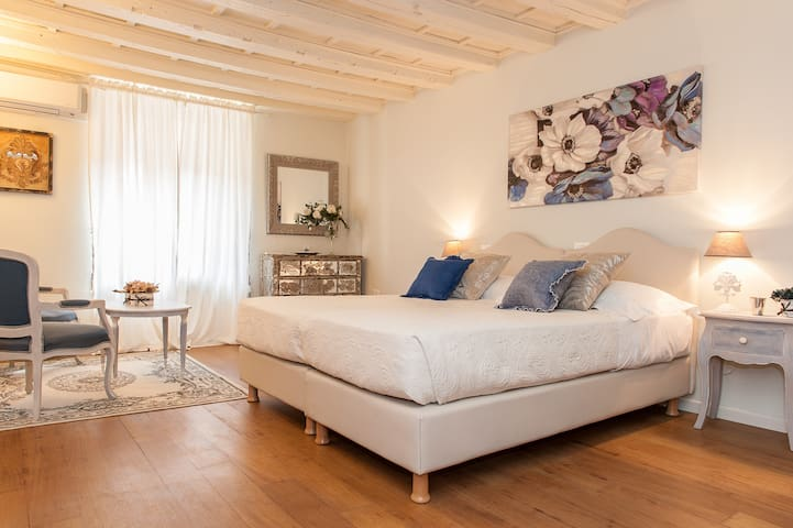 Elegant apartment in Piazza Erbe