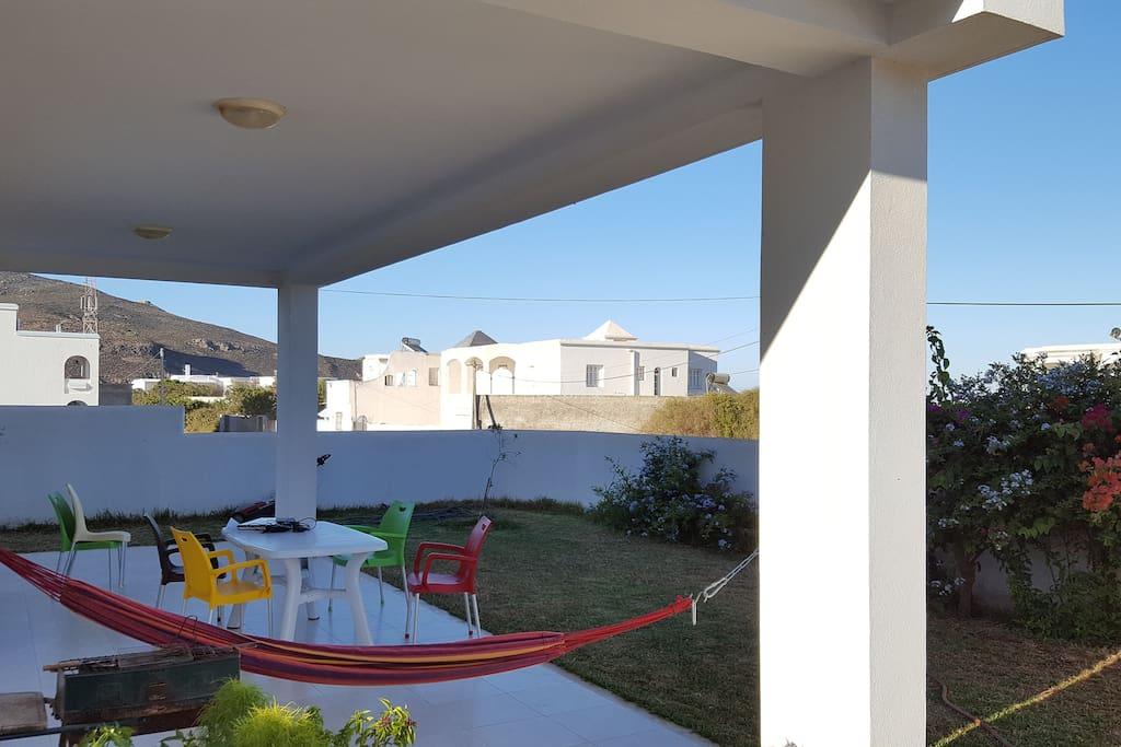 Rdc villa avec un beau jardin a 100m de la plage maisons for Villa avec jardin tunisie