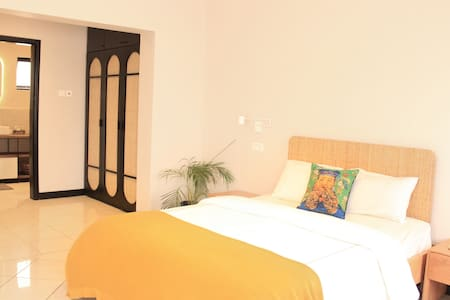 Elegant En-Suite Super-King Room in Heart of Ikoyi