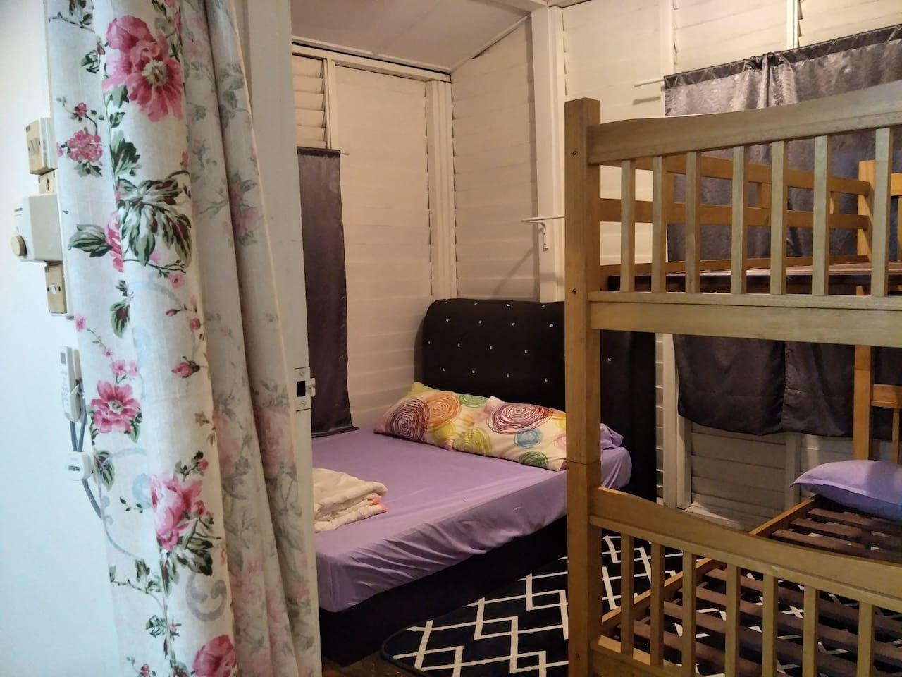 1st bedroom 1bunk bed n 1 queen bed