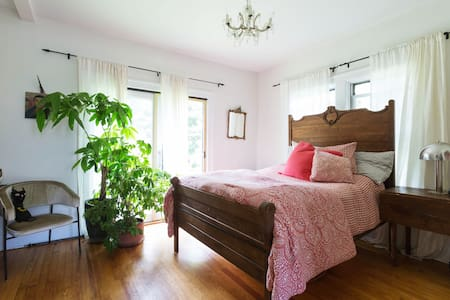 Hopes bedroom over Falls/Woodstock - Palenville